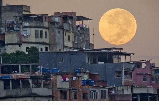 ブラジル・リオでジェネイロの満月